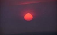太阳为什么早上日出和傍晚日落时是红色的,白天中午却是白色的?为什么早上和傍晚太阳看着更大?
